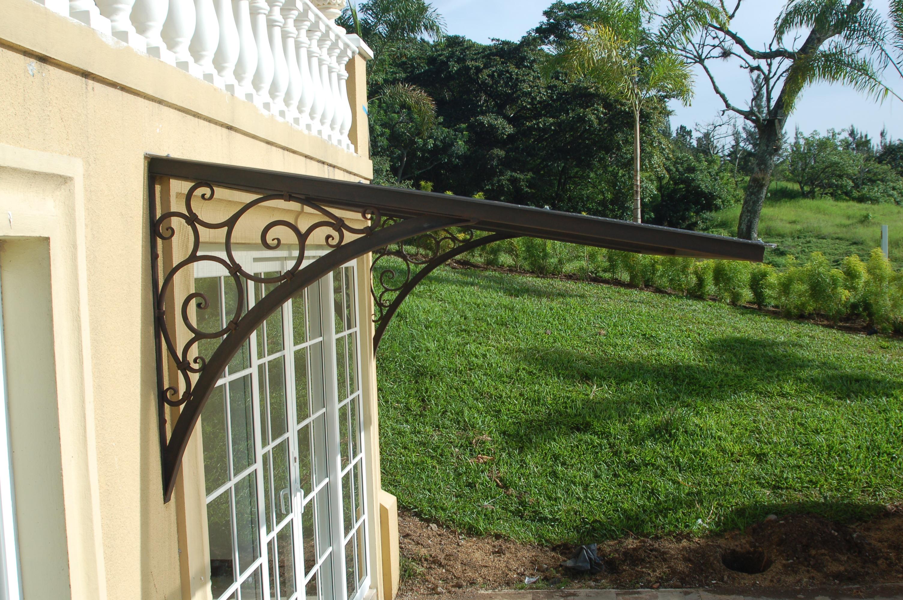 Detalle de pie para soporte de techo sobre ventana