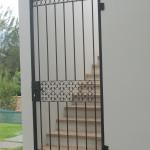 puerta hacia jardin