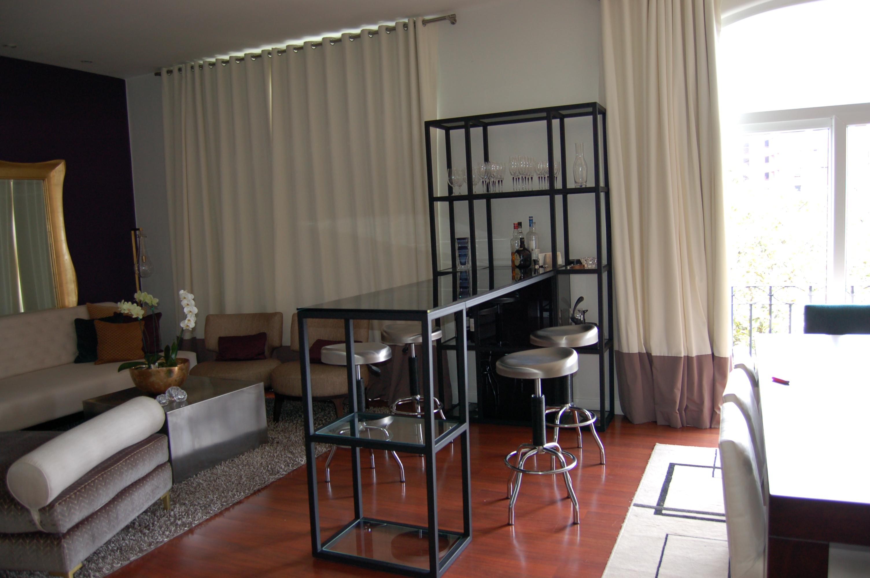 Mueble de bar en tubo de hierro y vidrio temperado