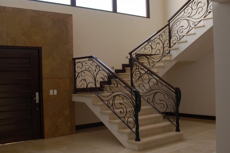 escalera vista desde la sala