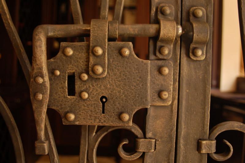 puerta cava en guitil detalle candado